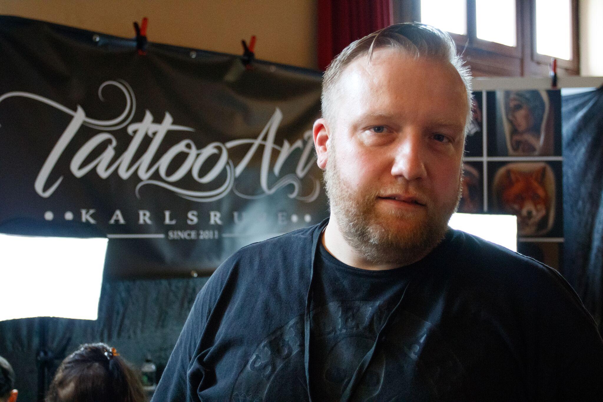Der Tätowierer René auf der Heidelberger Tattoo-Convention. Bild: Misch Pautsch