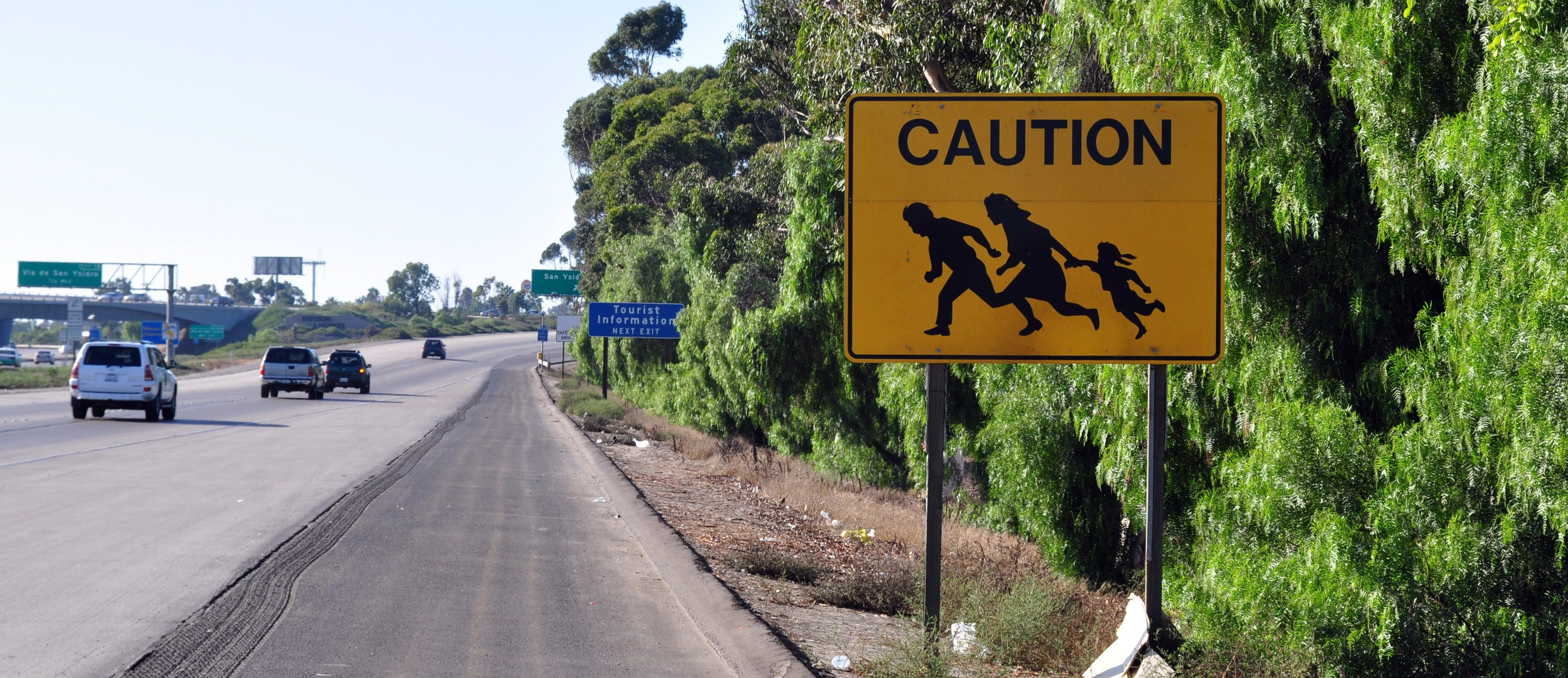 """""""Refugees Welcome"""": Das berühmte Motiv stammt ursprünglich von einem Warnschild an einem kalifornischen Highway (Foto: Jonathan McIntosh, San Diego, USA, 2009)"""