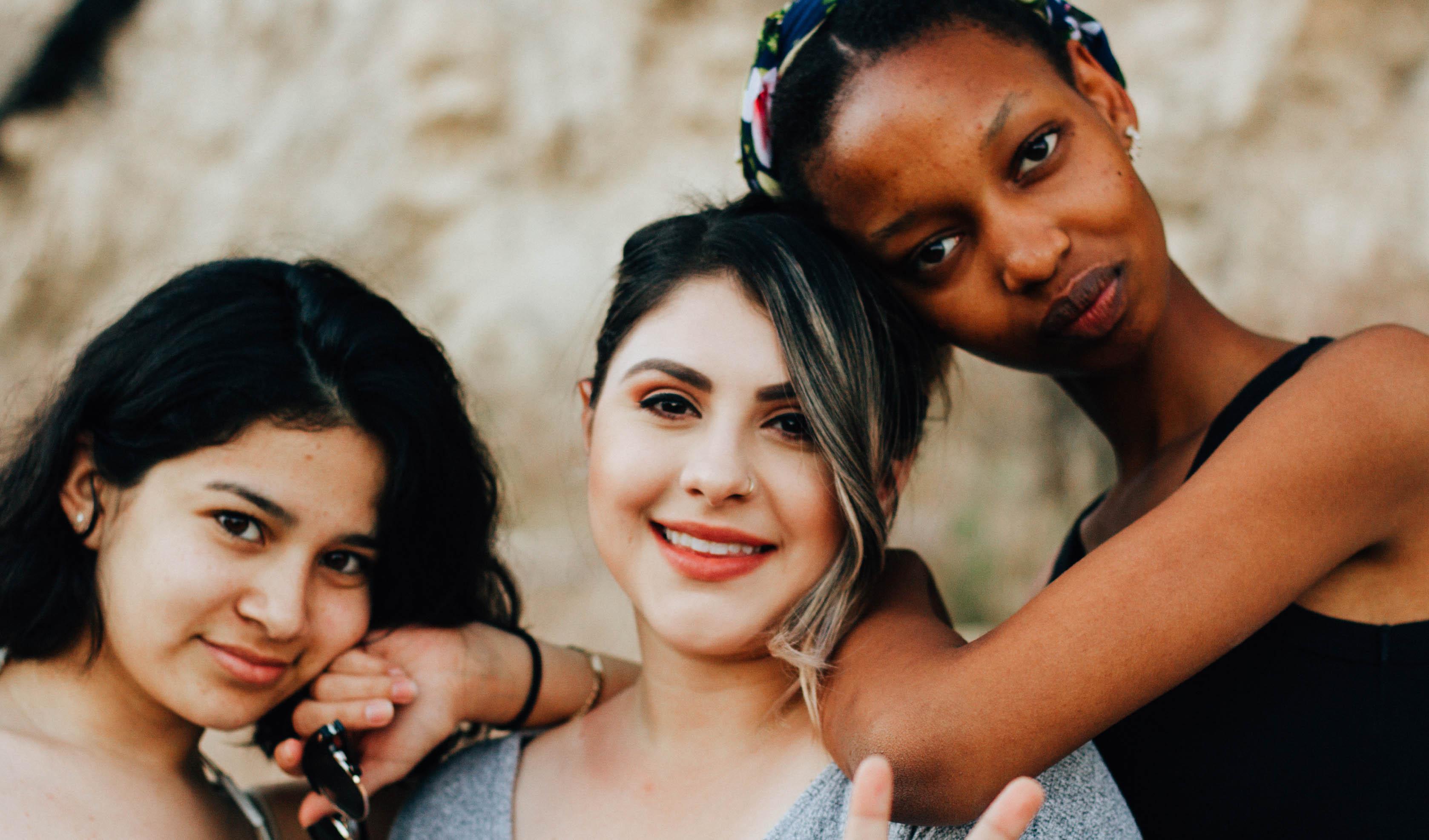 Foto von drei jungen, lächelnden Frauen