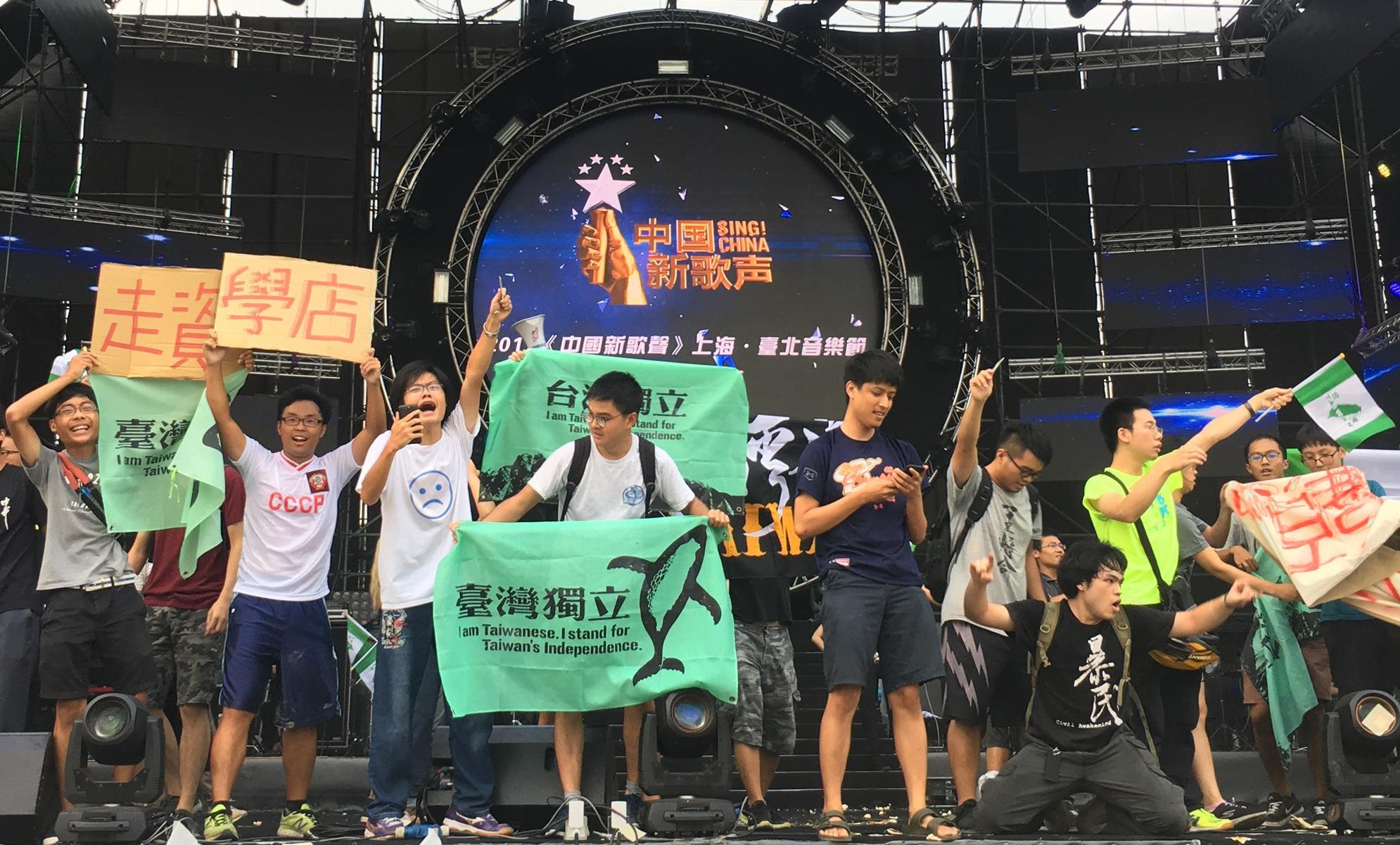 """Studenten auf der Konzertbühne von """"Sing China!"""" skandieren Parolen für die Unabhängigkeit Taiwans. Bild: Chen Wenzou"""