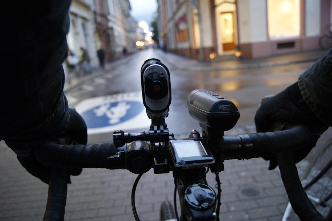 Richard Kaum nimmt mit seiner Radkamera das Geschehen in der Plöck auf. Bild: Anna Maria Stock