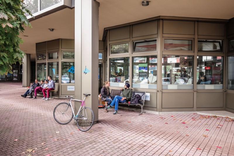 """Der """"FensterPlatz"""" bietet vollständige Büroausstattung, Kaffee und Austausch mit Gleichgesinnten. Bild: Lars Kehrel"""