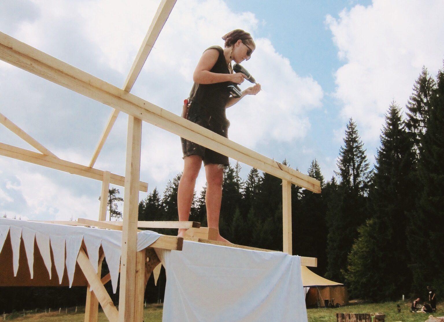 Im letzten Sommer half Maria beim Aufbau eines Festivals – für freien Eintritt. Bild Privat.
