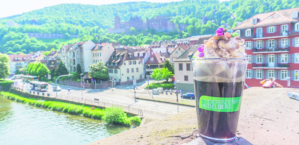 """Den """"Kaffee"""" aus der Mensa kann man nun auch umweltfreundlich mitnehmen. (Foto: Studierendenwerk Heidelberg)"""