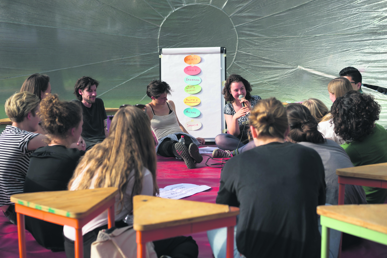 Diskussion über die Konfliktlinie Jung-Alt im Raumfänger. Bild: Evein Obulor