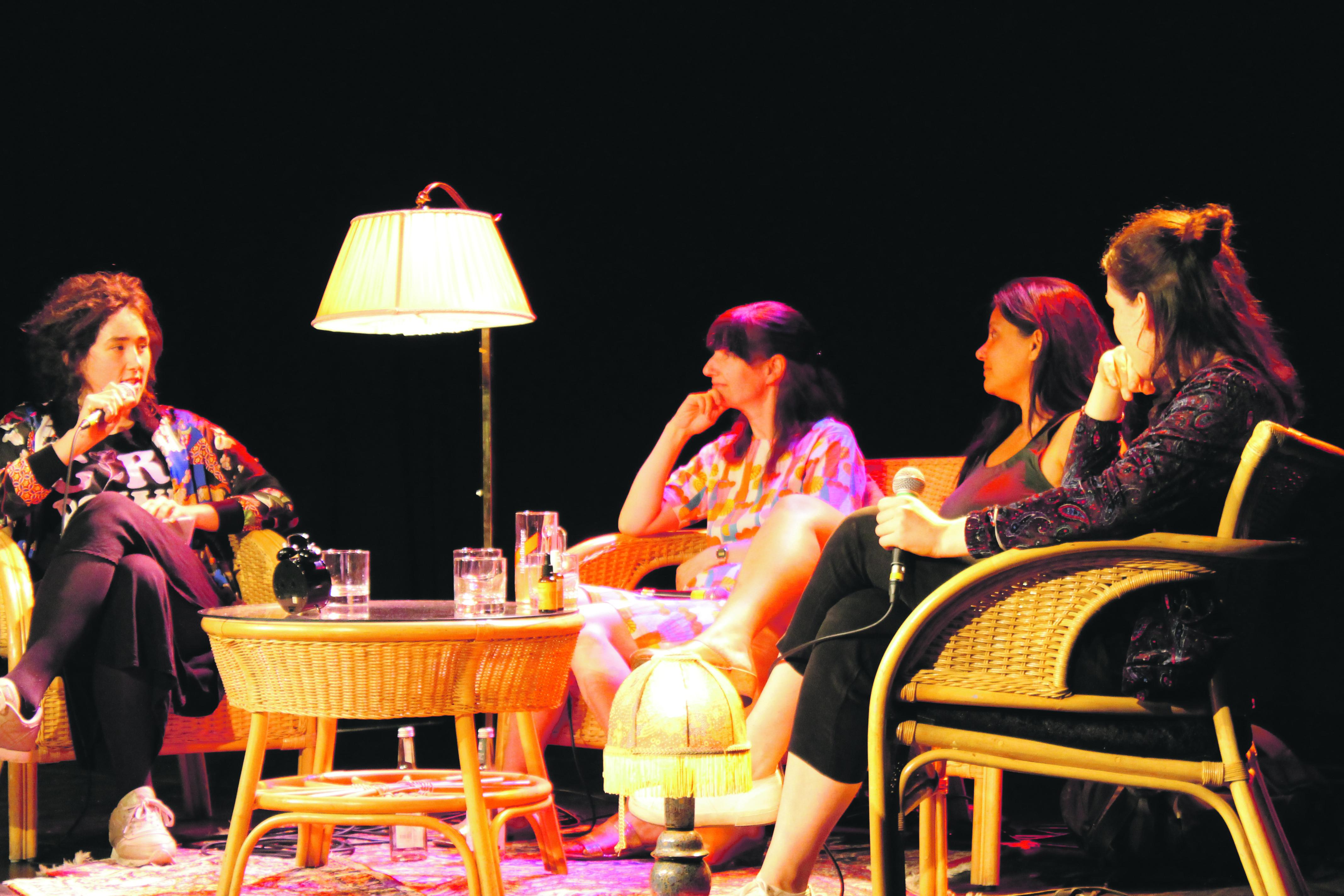 Die beiden Feministinnen (Mitte) im Gespräch mit dem Querfeldein-Moderationsteam. Foto: Alina Jacobs