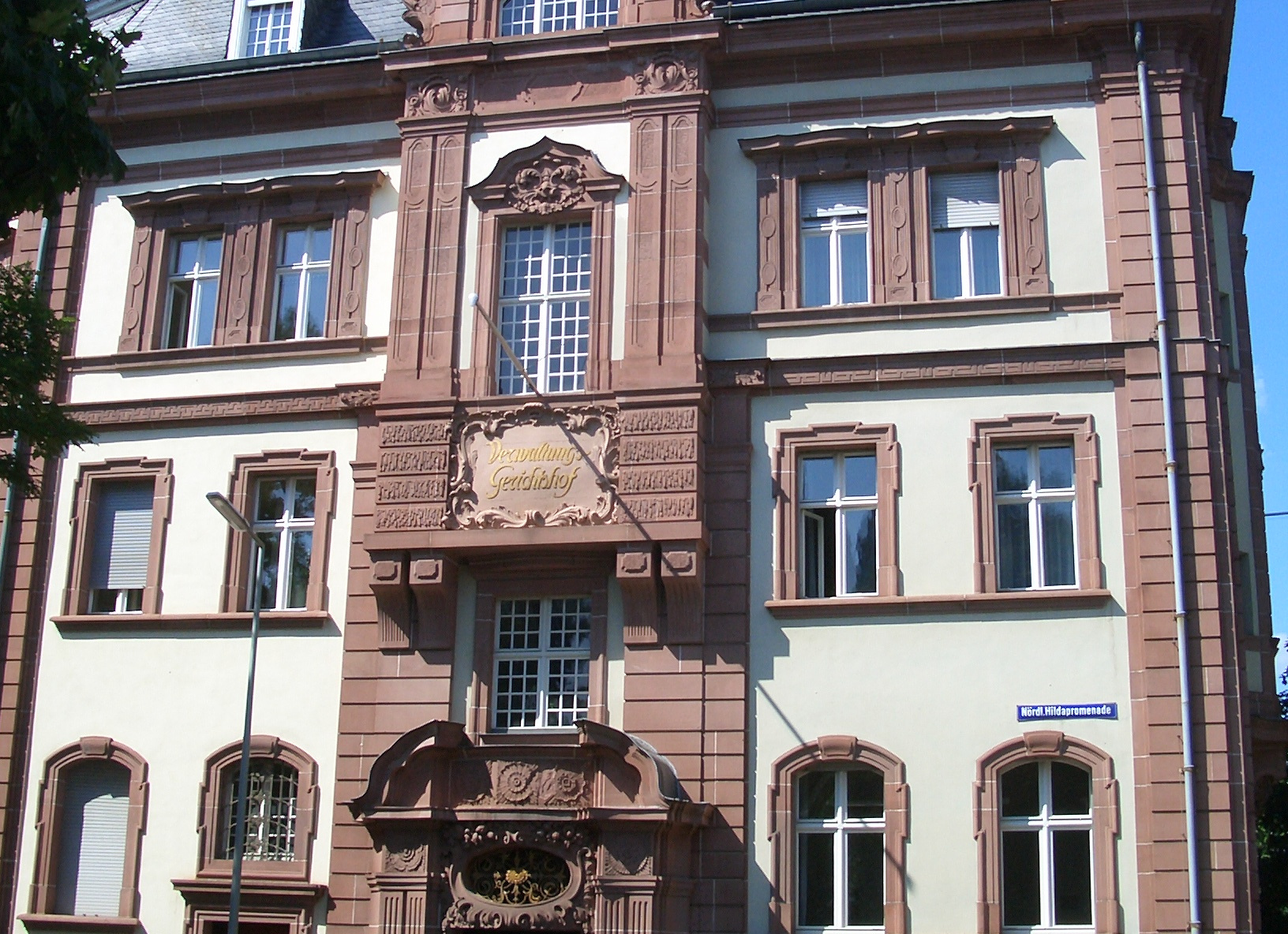 Das Verwaltungsgericht in Karlsruhe. Bild: Albtalkourtaki [GFDL or CC-BY-SA-3.0], from Wikimedia Commons