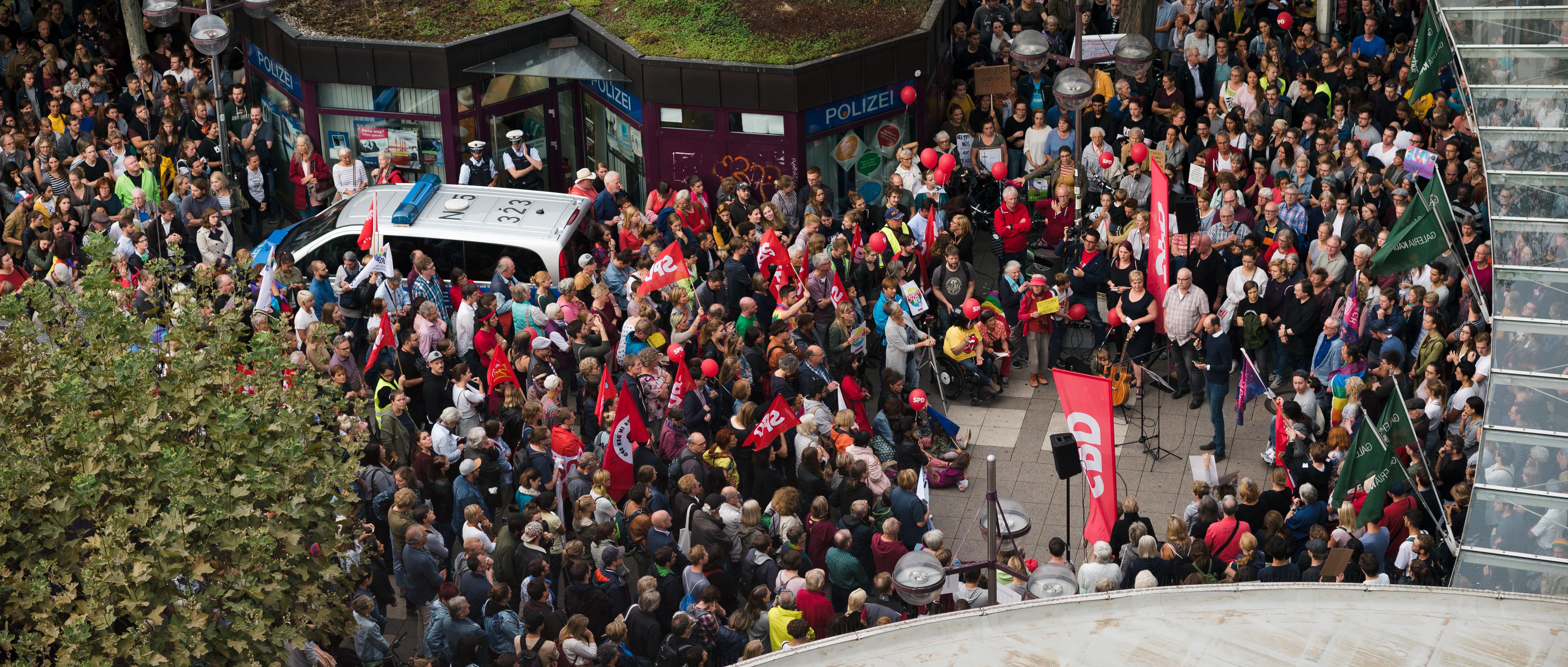 Deutlich mehr Demonstranten als erwartet versammelten sich auf dem Bismarckplatz. Foto: Nicolaus Niebylski