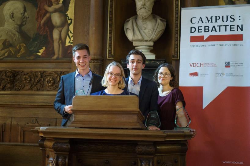 V.l.n.r.: Die neuen Meister Joschka Braun, Chiara Throner und Dominik Hermle sowie die beste Finalrednerin Lara Tarbuk. Foto: Peter Tekaat