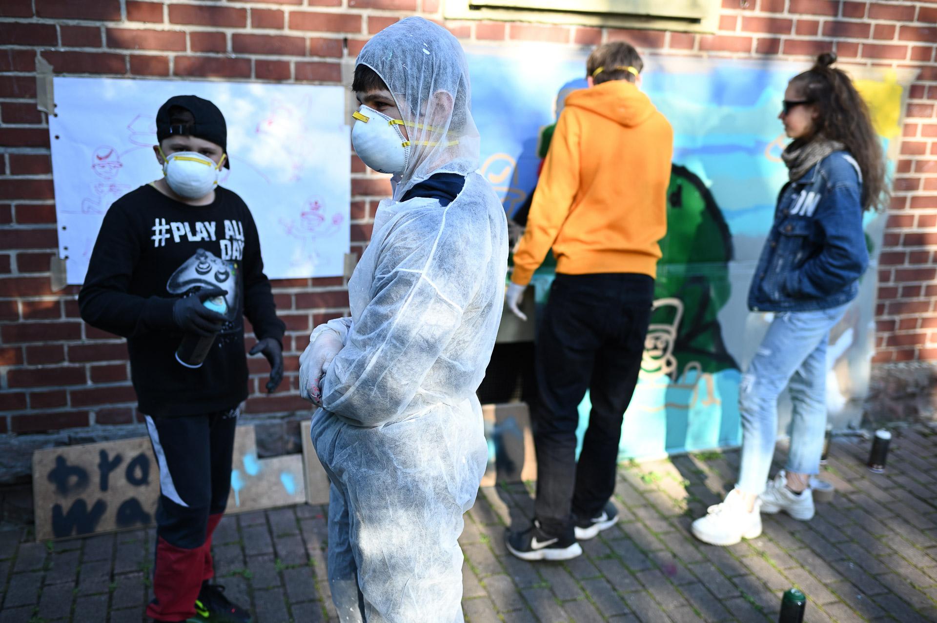 """Die Kreativen am Werk: Steve, Ilya a.k.a. """"neo n1ce"""", Luca und Kathy (v. l.) arbeiten an ihrem Piece """"Brand Wars"""" Foto: Nicolaus Niebylski"""