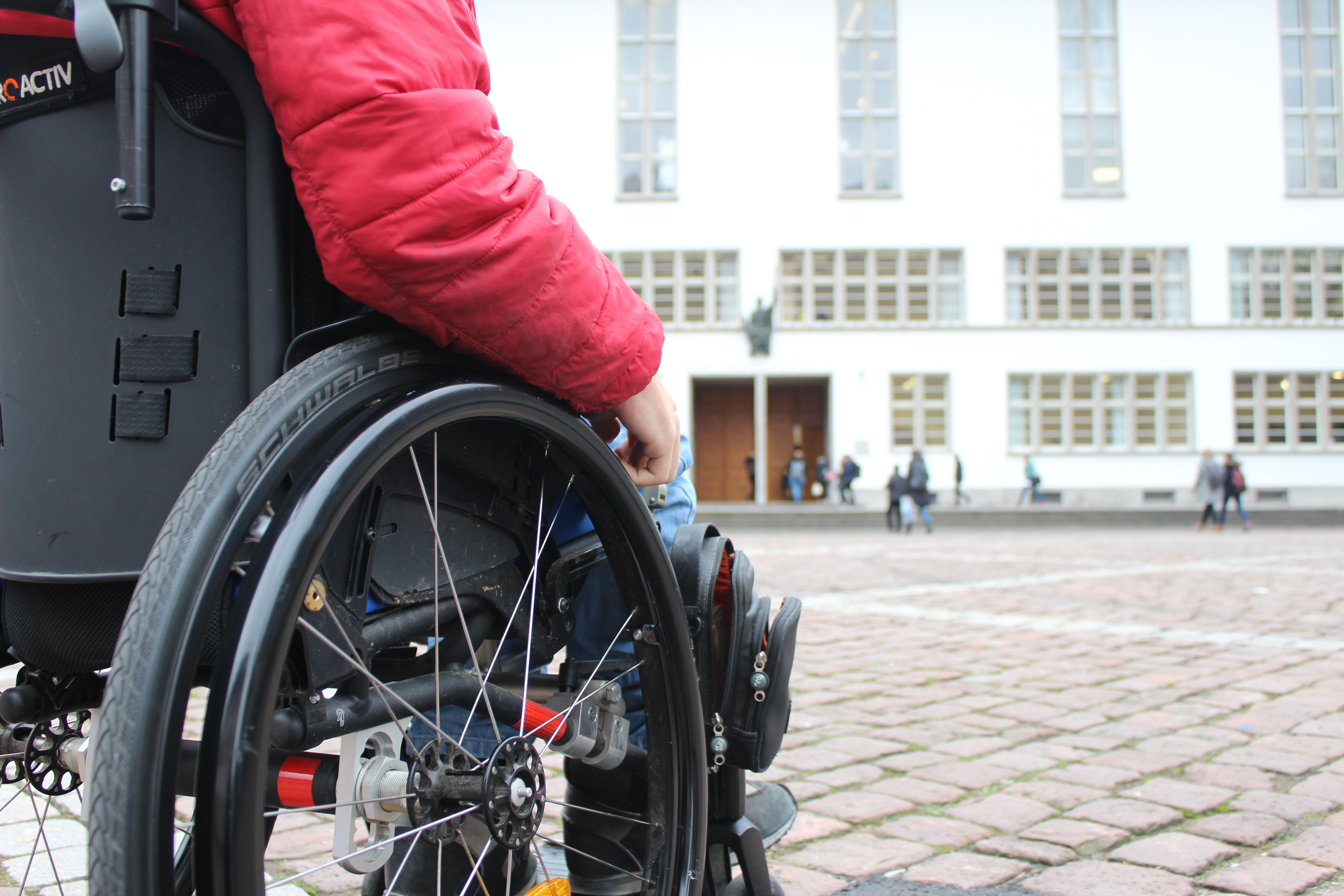 Der lebendige Geist kann einem Rollstuhlfahrer leider auch nicht helfen, wenn er wie so oft vor einer Treppe steht. Foto: dem