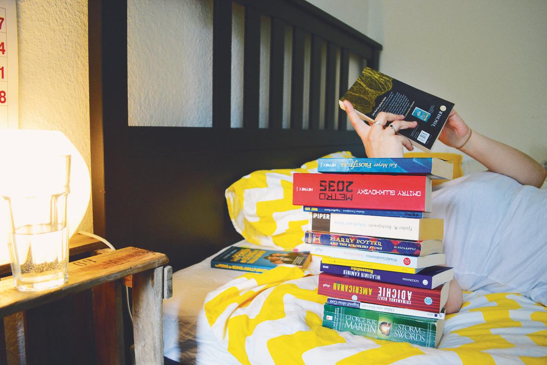 Bei den Meisten wird der Bücherstapel durch das Smartphone ersetzt. Foto: Stefanie Weber