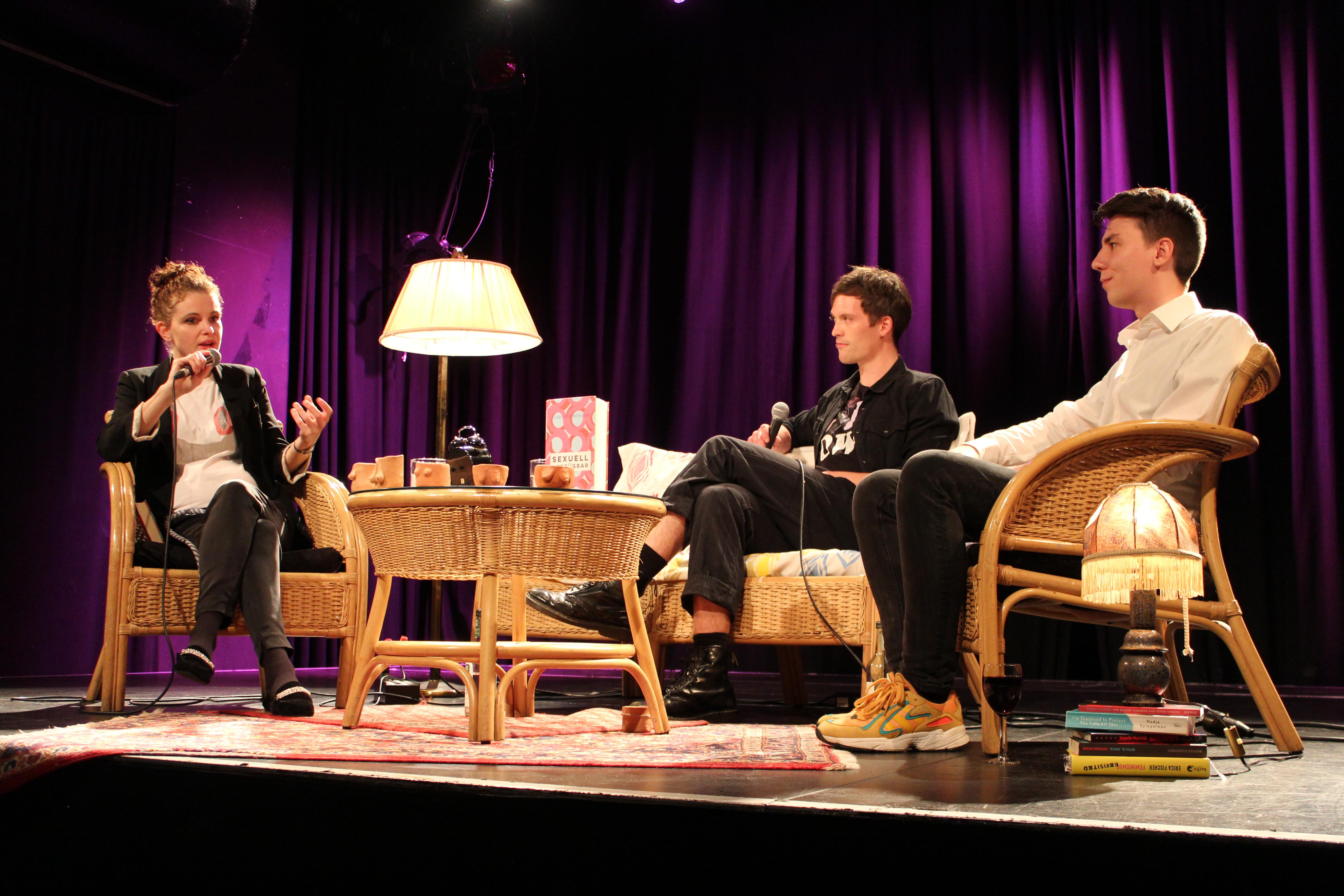 Caroline Rosales im Gespräch mit Dominik Kohl und Cedric Wilhelmy von Querfeldein. Foto: Fanny Spiegelhalter