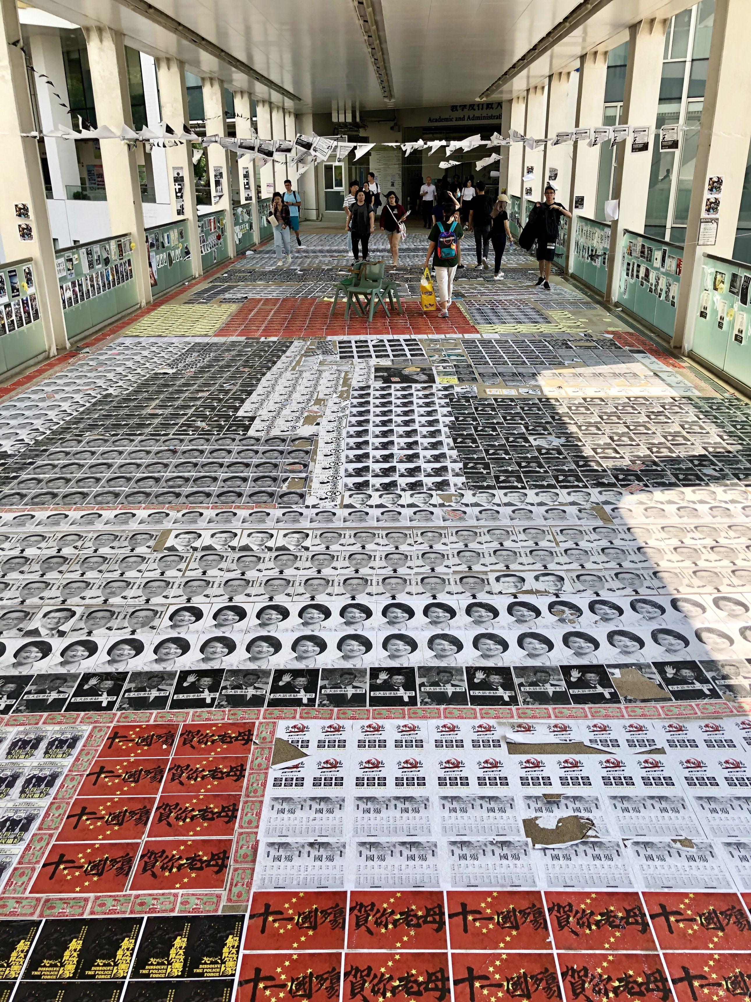 Auf dem Weg in die Hörsäle ist der Boden mit Fotos von chinesischen Politikern tapeziert. Bild: Oliver Stäger