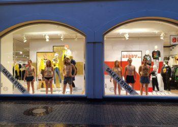 Die AktivistInnen im Schaufenster des C&A. Foto: Extinction Rebellion Heidelberg