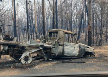 Ein ausgebranntes Feuerwehrauto. Foto: Chloe Smith