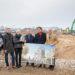 Kai Dreesbeimdiek (3. v. r.) und Simon Harfst (r.) erhalten die Baugenehmigung für die Gebäude am Europaplatz. Foto: Philipp Rothe