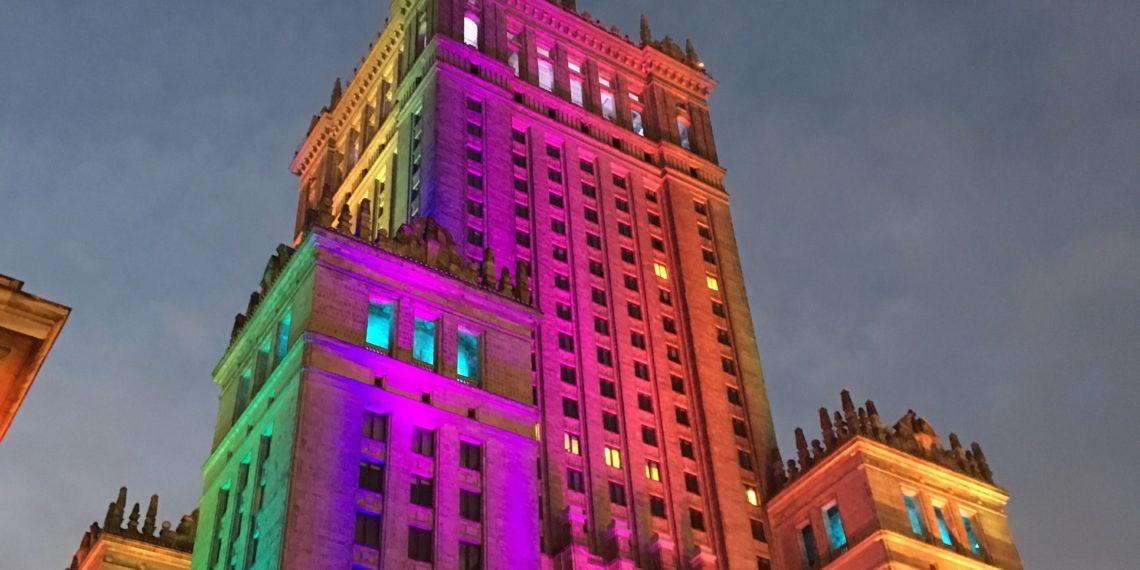 Der Warschauer Kulturpalast im performativen Pridelook. Foto: hst