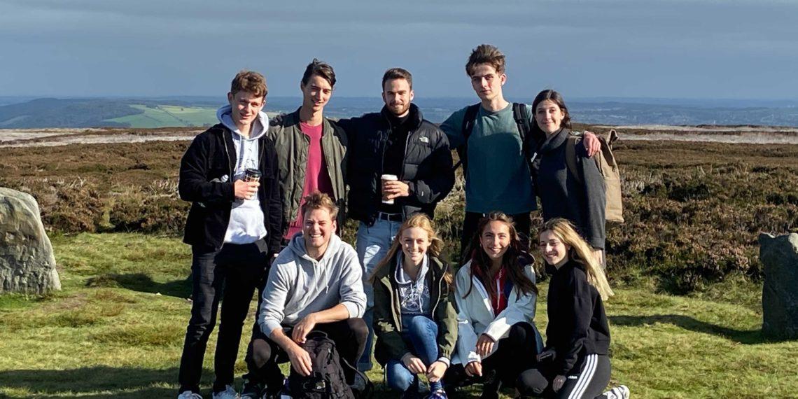Lina (zweite von rechts unten) und Lennart (erster von links) mit einigen ihrer Erasmus-KommilitonInnen (Foto: privat)