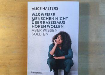 Die weiße Zerbrechlichkeit Nuhrs, lediglich getriggert durch das Cover des Buches von Alice Hasters. Foto: Sarah Ellwardt.