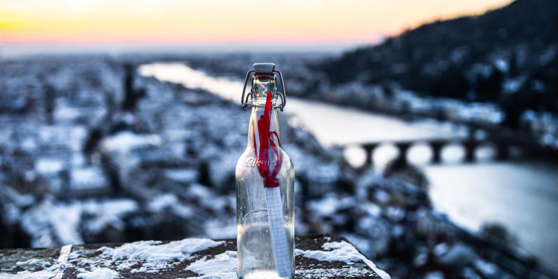 Es muss nicht gleich die Flaschenpost sein - manchmal reicht ein simpler Anruf. Foto: Lukas Schwaab