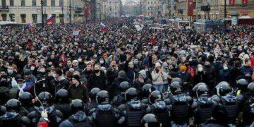 Während der Proteste im Zuge der Festnahme von Alexei Nawalny kam es vermehrt zur Konfrontation zwischen Protestierenden und PolizistInnen. Foto: Anton Voganov
