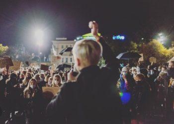 Dagmara Adamiak spricht zu DemonstrantInnen, die gegen das Urteil des polnischen Verfassungsgerichts protestieren Foto: Dagmara Adamiak