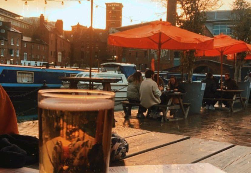 Seit kurzem dürfen die Brit*innen ihr Bier wieder auf den Terassen der Pubs genießen. Foto: Lina Abraham
